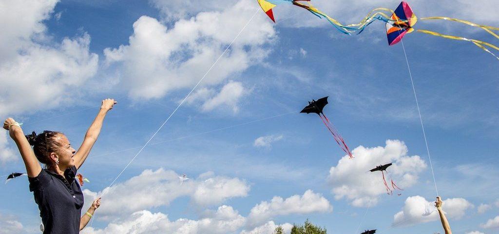 girls flowing kites