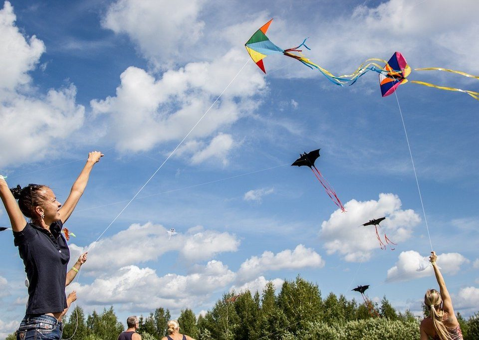 girls flowing kites